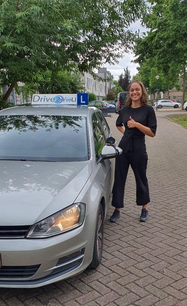 Geslaagde vrouw rijbewijs bij rijschool drive2you in utrecht